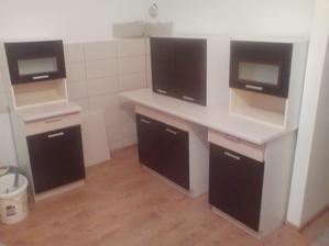 kuchyna poskladana uz len namontovat skrinky na stenu a hotovo