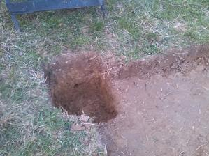 jama na betonovy pilier v zemi