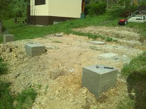 betonove piliere v zemi