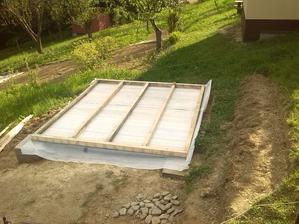 vrchna strana podlahy , tu pojde este polistiren, vata, drevotrieskova doska, hydroizolacny nater a linoleum