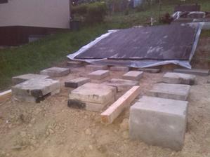 medzi piliermi este betonove kocky