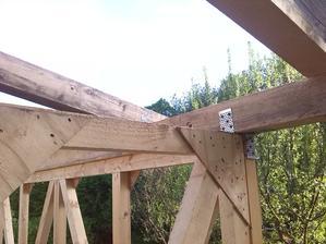 Detail uchytenia pomurnice, zvrchu sruby do konstrukcie a s kazdej strany ocelove L