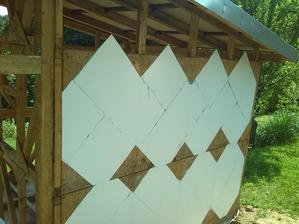 zaciname zrovnavat steny polistirenom , koli tym trojuholnikovym spojom