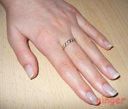 Toto je zásnubní prstýnek... Původně měl být na levém prsteníčku se snubním, ale zlatník nedoporučil, že se prstýnky od sebe ničí. Tak proto na prostředníčku, aby byly u sebe, co nejblíže:-)