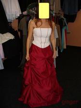 Šaty č. 2 - přece jen jsem objevila něco v bordó:-)Sukně je mnohem tmavší než na obrázku..