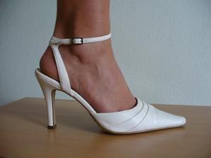 Takto vypadají na noze... Ještě slušné, ne? Podpatek 9,5 cm:-)