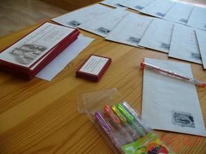 A už se nadepisují obálky a oznámení letí do světa:-)