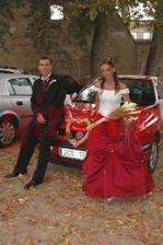 Ze Zvíkova na hostinu už společně autem... jakým jiným než červeným:-)