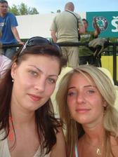 ... s mojou najlepsou kamaratkou, ktora mi pojde za svedka :) je to veeelmi pekna brunetka, co poviete?