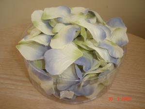 a kupili sme aj dekoraciu na svadobny stol ;)  modro-biele lupene
