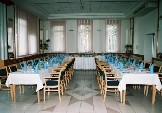 takto pripravena nas uz cakala miestnost na nasu svadobnu hostinu. Terasu, ktoru sme mali k dispozicii, sa perfektne vyuzila.