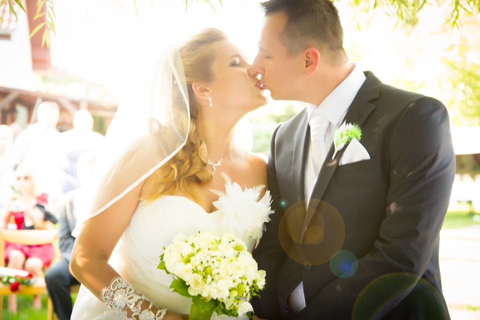O dva dni už budeme 300 dní manželia, to letí..  Ešte stále sa nemôžem vynadívať na naše krátke svadobné videjko :-) https://vimeo.com/169647686 Díky za super odvedenú prácu Braňo. - Obrázok č. 1