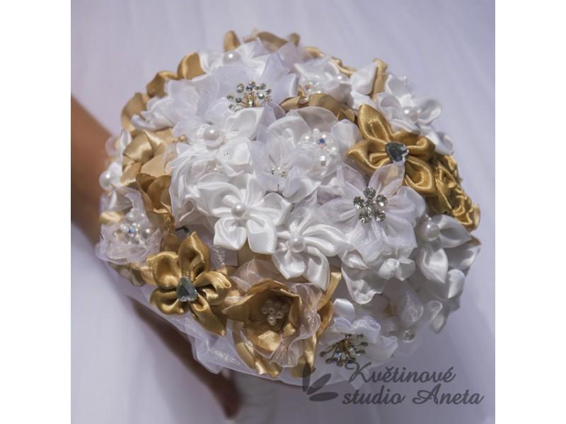 Trendy svatební kytice které vydrží! - Svatební kytice z ručně vyráběných saténových, šifonových a taftových květů, perliček a štrasových ozdob!  Možné vyrobit i v jiné barvě a doobjednat také korsáž pro ženicha, kytičky pro maninky, náramky, ozdoby do vlasů... .  Průměr 20cm, výška 23cm.