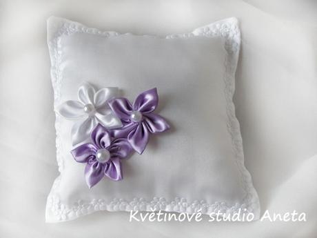 Polštářek na snubní prstýnky fialovými květy - Obrázek č. 1