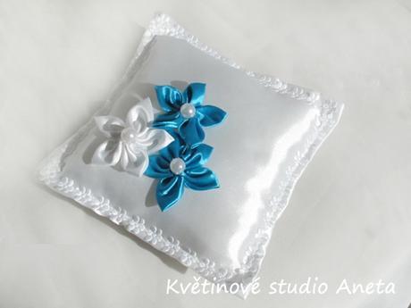 Polštářek na snubní prstýnky s tyrkysovými květy - Obrázek č. 1