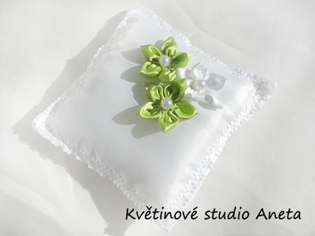 Polštářek na snubní prstýnky se zelenými květy - Obrázek č. 1