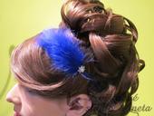Královsky modrá čelenka z peříček,