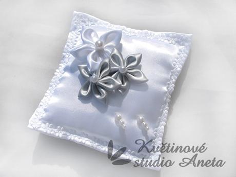 Polštářek na prstýnky 3 květy šedý - Obrázek č. 1