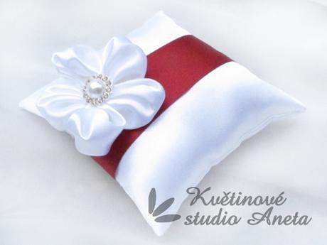Polštářek na prstýnky se saténovým květem vínový - Obrázek č. 1