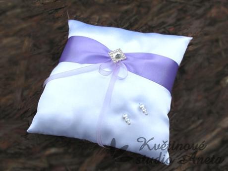 Polštářek na prstýnky LUX fialový s broží - Obrázek č. 1
