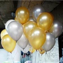 zlto biele heliom plnene baloniky nad parketom zajednane :)