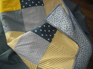 detska deka zo žlto-šedých štvorcov
