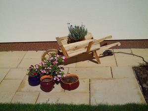 miesto na lavicku pred domom