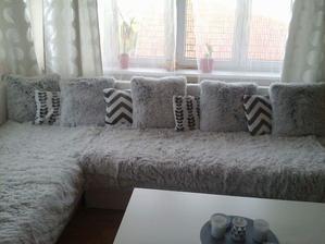 Sedačka DIY, chlupaté deky a polštářky z Jysku. Svíčky a bílo-šedé povlaky na menších polštářcích jsou z Pepca