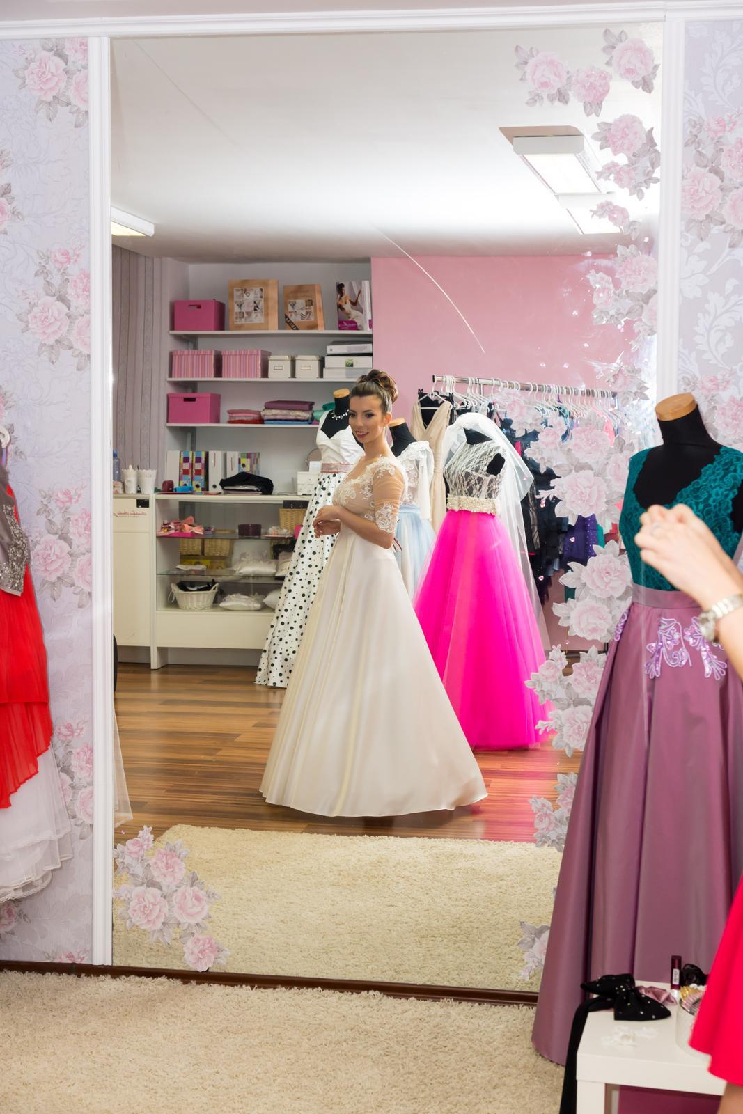 Netradičné dvojdielné svadobné šaty - Obrázok č. 2