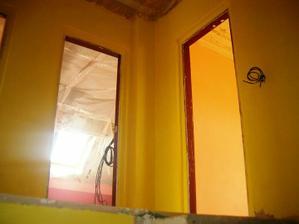 pohled ze schodů do pokojů