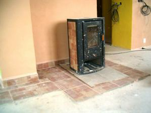 dlažba pod krbovými kamny v obývacím pokoji a zatim špinavá kamna :-)
