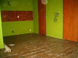 podlaha v kuchyni (zatim špinavá a bez lišt)
