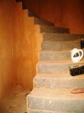 pohled na nahozené schody
