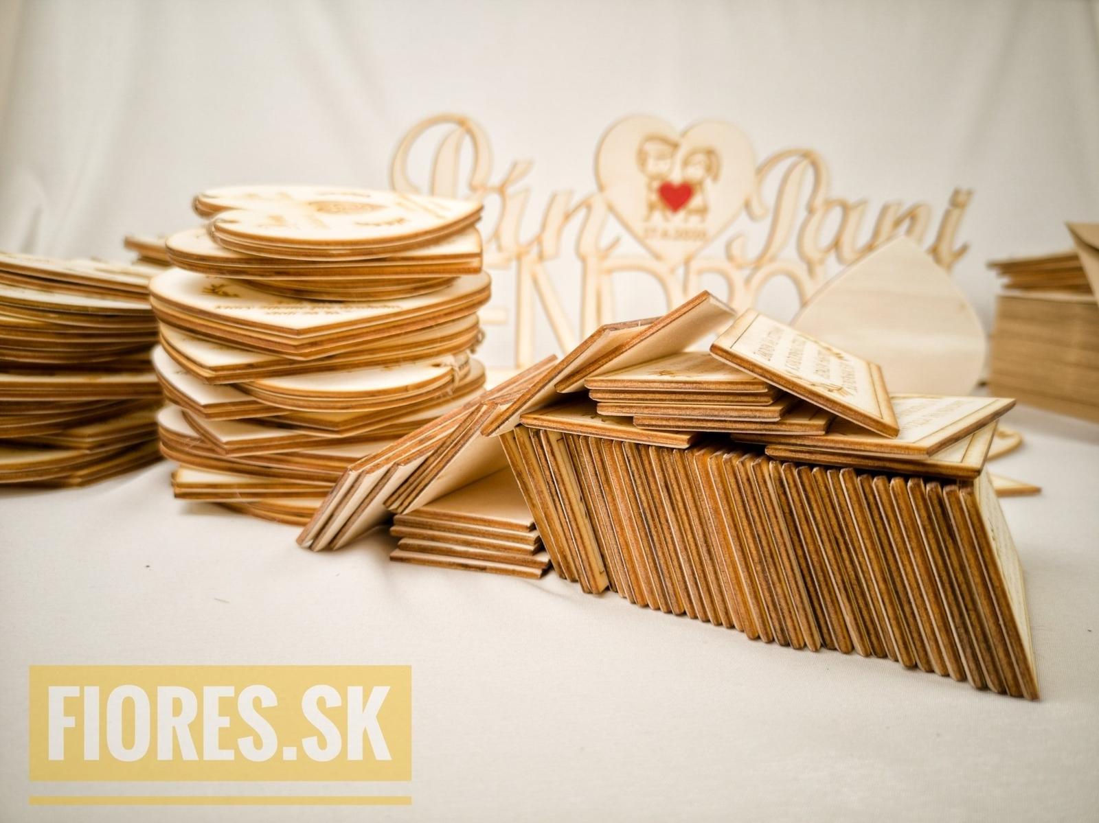 Drevené gravírované oznámenie od Fiores.sk - https://www.fiores.sk/obchod/svadobne-oznamenia/vyrezavane-a-gravirovane/drevene-svadobne-oznamenie-dve-srdcia/