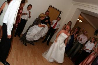 jj spodnice spadla a už při prvním tanci :))