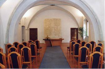 Tady se budem brát, Novoměstská radnice v Praze na Karlově náměstí ve 12:30