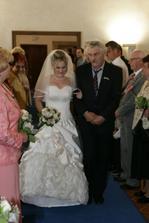 ... tatínek vede nevěstu