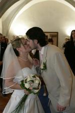 na novomanželský polibek by ženich úplně zapomněl a už se hrnul podepisovat ... ;o)