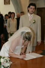 podpis nevěsty ... kupodivu do správných kolonek a ani né moc kostrbatě ...