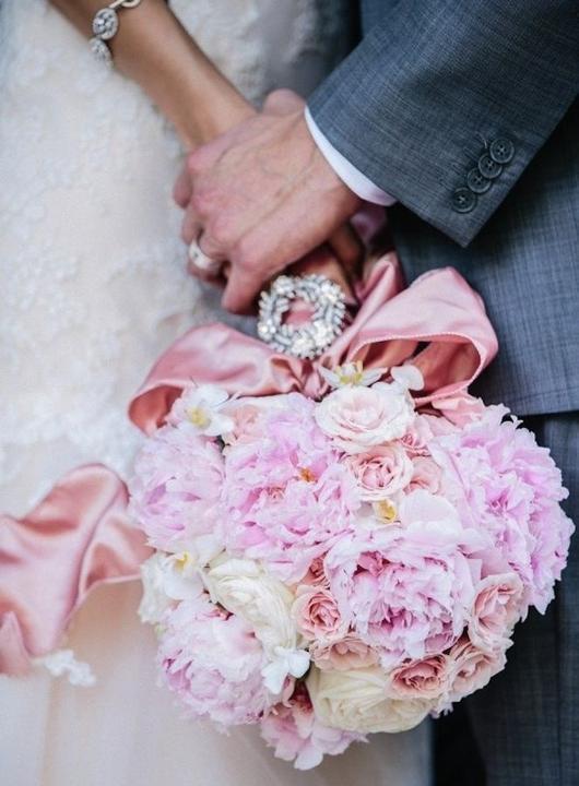 Pivoňky a krajka - téma svatby