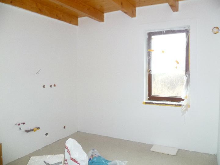 Energeticky pasívna drevostavba svojpomocou - Maľuje sa kuchyňa.