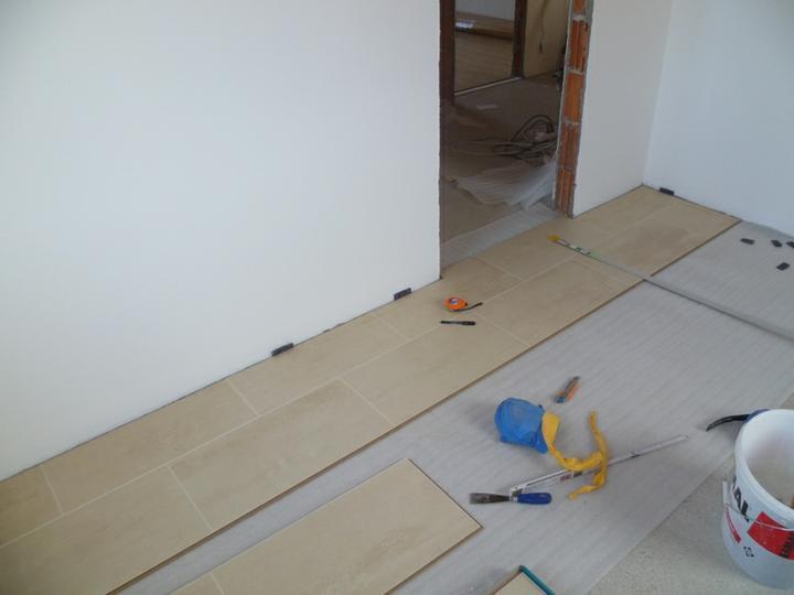 Energeticky pasívna drevostavba svojpomocou - kuchyňa - laminátová podlaha travertín