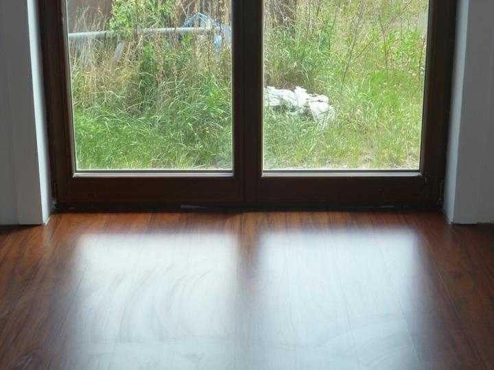Energeticky pasívna drevostavba svojpomocou - Obývačka - laminátová plávajúca podlaha Kronospan SWISS-NOBLESSE D 2280 WG DOUSSIE