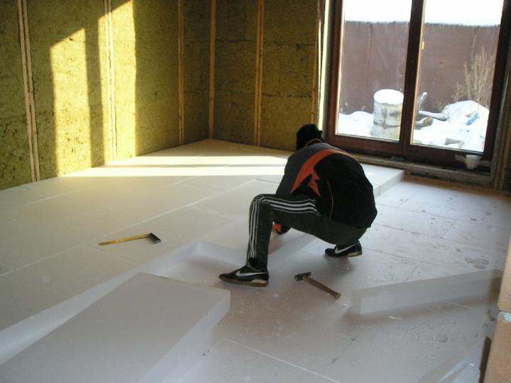 Energeticky pasívna drevostavba svojpomocou - Tepelná izolácia podlahy polystyrénom hrúbky 25 cm (v 3 vrstvách)