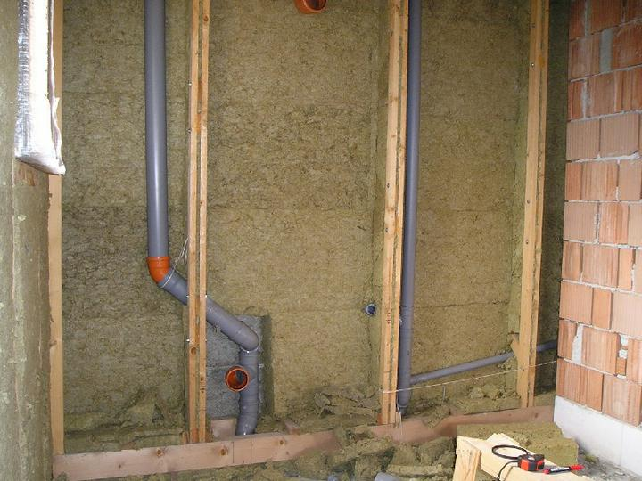 Energeticky pasívna drevostavba svojpomocou - Takto je v stenách vedený odpad.
