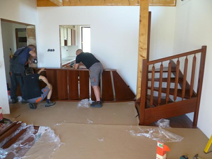 Energeticky pasívna drevostavba svojpomocou - Montujú sa samonosné drevené schody.