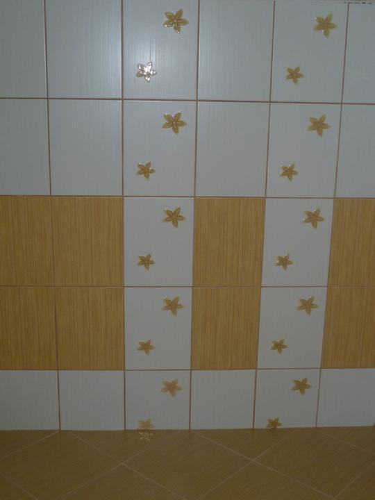 Energeticky pasívna drevostavba svojpomocou - Zašpárovaný obklad v hornej kúpeľni. Špárovacia hmota je Ceresit Caramel.