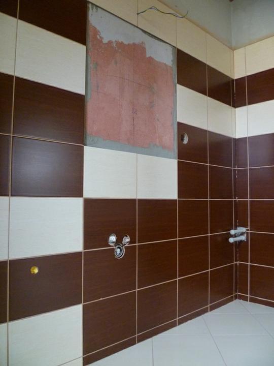 Energeticky pasívna drevostavba svojpomocou - Obklad v dolnej kúpeľni konečne so špárami. Špárovačku sme použili tú istú, čo v hornej kúpeľni. Ešte chýba zrkadlo.