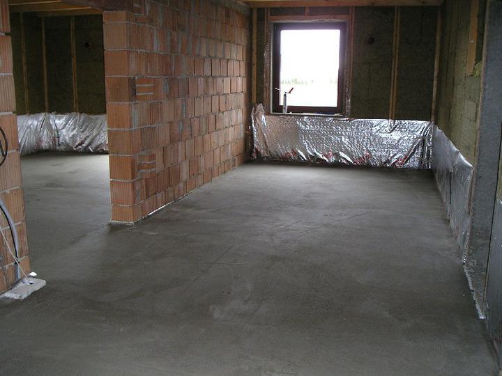 Energeticky pasívna drevostavba svojpomocou - podlaha v prízemí je hotová