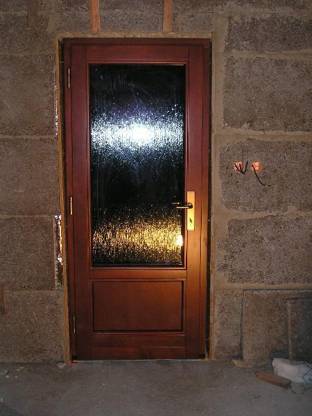 Energeticky pasívna drevostavba svojpomocou - Vchodové dvere.  http://pasivnydom.blog.cz/1010/montaz-vchodovych-dveri
